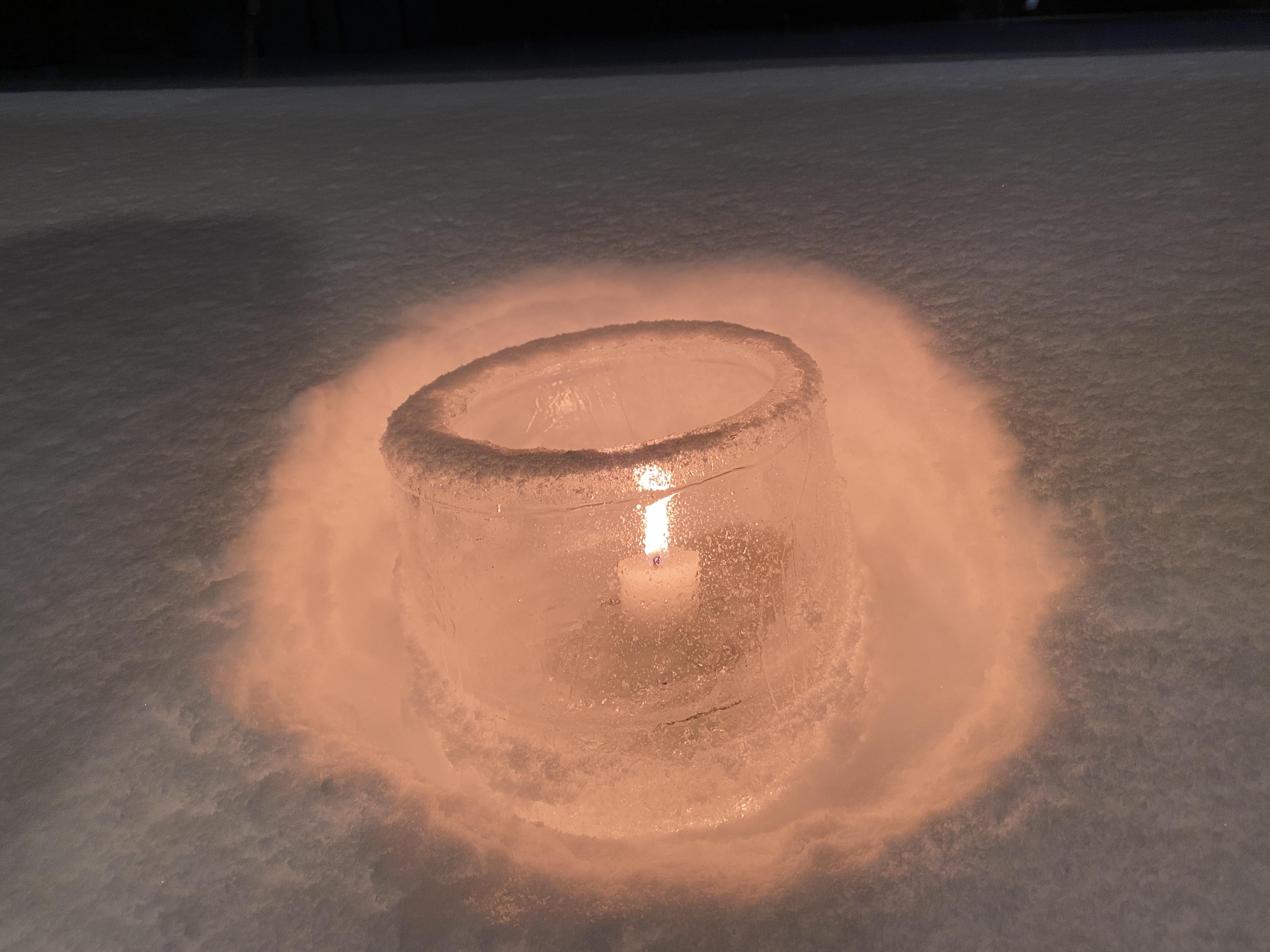 イベントで中継した雪の中のアイスキャンドル/></div>  <div align=