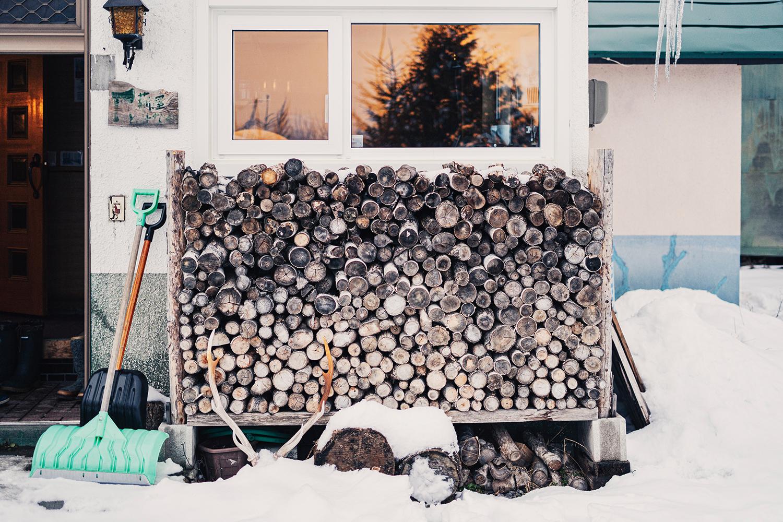 ご自宅前には冬暮らしに必須の薪が並ぶ